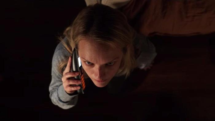 Một mình Cecilia chống chọi lại thứ mà cô không thể nhìn thấy để tìm đến cánh cửa tự do.