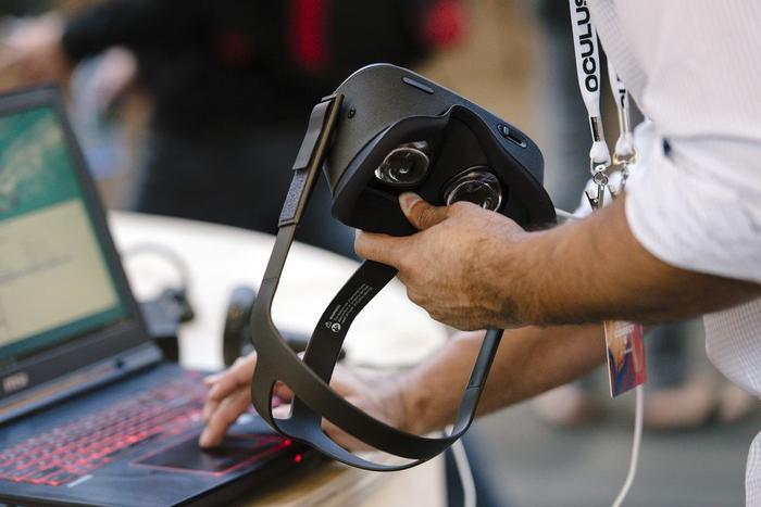 Một thiết bị đeo thực tế ảo Oculus. (Ảnh: Bloomberg)