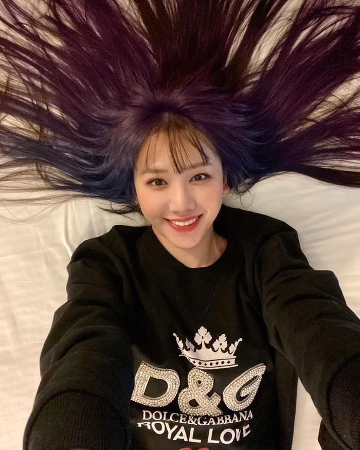 Không phải những tông màu trầm ấm hợp thường thấy, Hari Won khiến fan hâm mộ bất ngờ khi chơi hẳn tóc ombre tông tím lịm