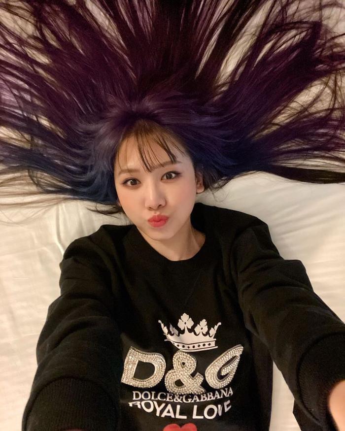 Có thể thấy, với mái tóc ombre tông tím lịm trông Hari Won vẫn trẻ trung đáng yêu như chỉ mới đôi mươi