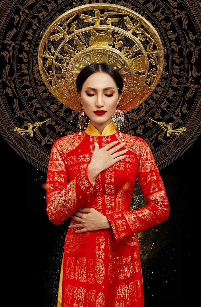 Ngoài nhà thiết kế Văn Thành Công, mấn vàng do Đỗ Vân Trí thực hiện, áo yếm Vàng và phụ kiện do Trần Quốc Dũng tạo tác.