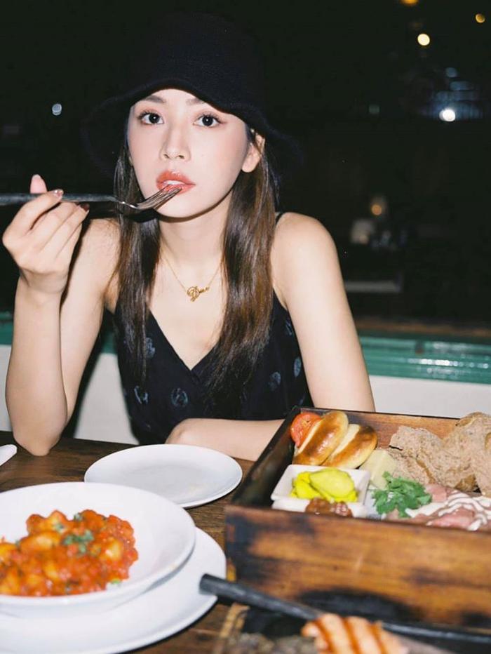 Chỉ cần tạo dáng với Pizza, Chi Pu đã có ngay 1 bữa trưa siêu thần thái