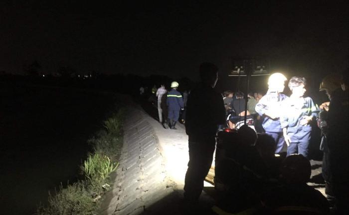 Lực lượng chức năng tìm kiếm nạn nhân trong đêm khuya. Ảnh: TTXVN