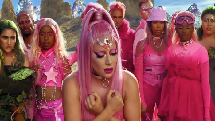 Gaga với mái tóc màu hồng, dường như là thủ lĩnh của một thiên hà kỳ quặc