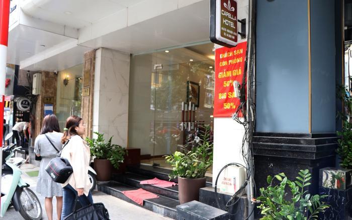 Một khách sạn cạnh đó giảm giá 50%.