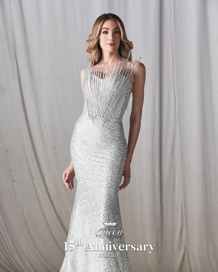 Đầm dạ hội của người đẹp Mexico gây ấn tượng với điểm nhấn độc lạ ở phần thân trên.