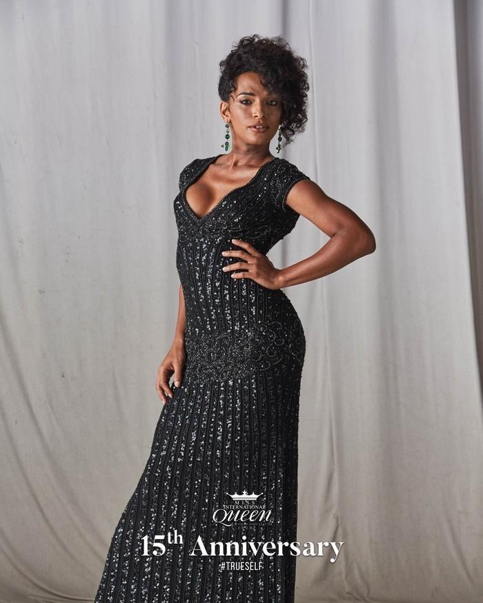 Người đẹp Pháp nổi bật với mẫu váy đen ánh kim.