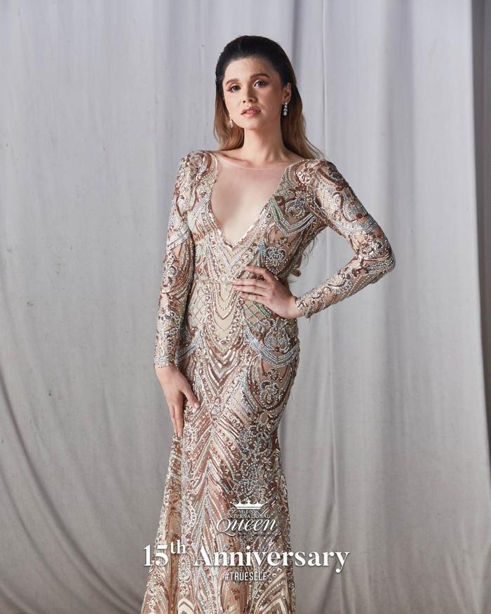 Mỹ nhân chuyển giới Úc diện mẫu Evening Gown được thêu dệt tỉ mỉ với nhiều chi tiết đính cườm đặc sắc.