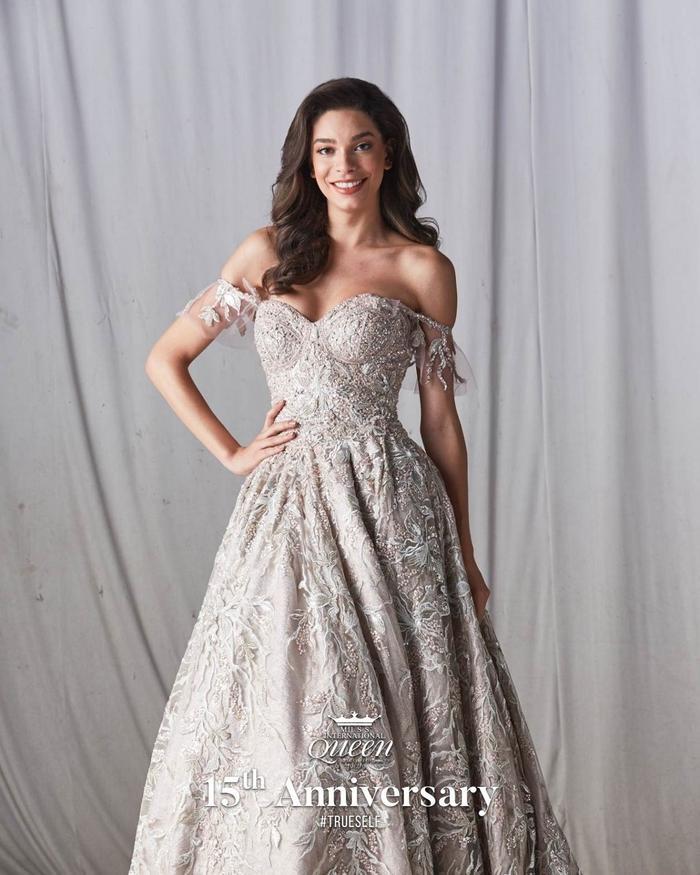 Nhan sắc quyến rũ của hoa hậu Brazil trong mẫu thiết kế đầm trệt vai.