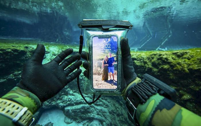 Nếu Apple phát triển thành công hệ thống cảm biến mới, người dùng iPhone sẽ có thể sử dụng thoải mái khi bơi hoặc tắm. (Ảnh: DALLMYD)