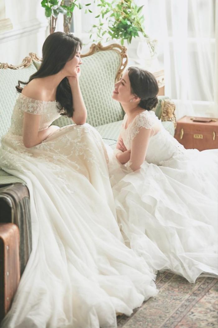"""Hình ảnh hai người diện cùng váy cưới xinh đẹp tựa công chúa, lễ đường được trang hoàng khiến dân mạng ghen tỵ và ví đây là """"đám cưới cổ tích""""."""