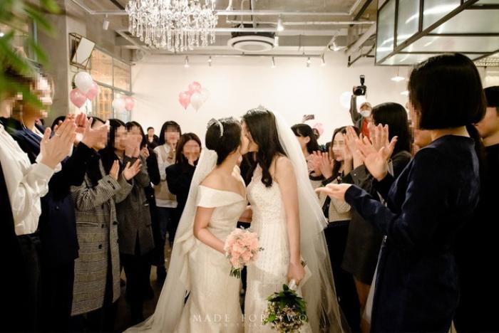 Đám cưới ngọt ngào đẹp như mơ của cặp đôi đồng tính nữ Hàn Quốc bất chấp đại dịch COVID-19 ảnh 0