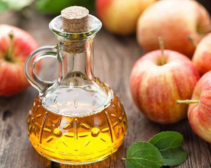 Ngoài ra, bạn có thể biến tấu thành một món đồ uống gồm: dấm táo, chanh và mật ong nguyên chất hay thêm dấm táo vào salad