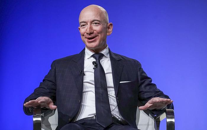 Jeff Bezos - nhà sáng lập, CEO của Amazon, hiện là người giàu nhất thế giới với tài sản trị giá 120 tỷ USD. (Ảnh: Alex Wong | Getty Images)