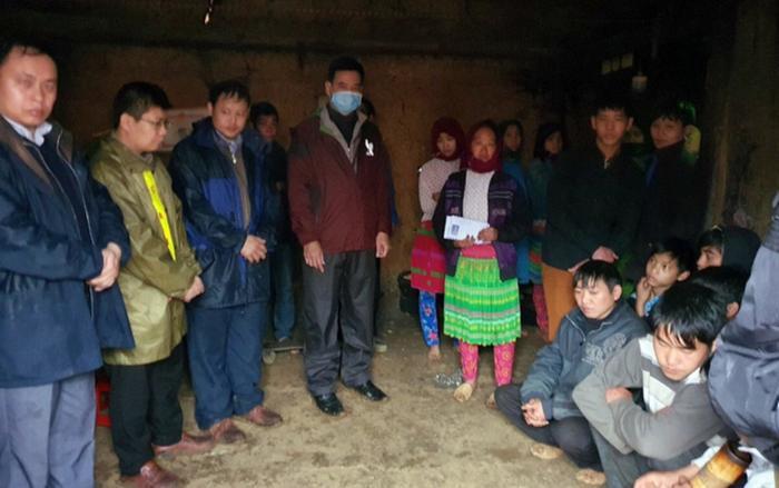 Lãnh đạo huyện Đồng Văn (Hà Giang) đến hỗ trợ và động viên các gia đình gặp nạn. (Ảnh: Thiện Ngay).