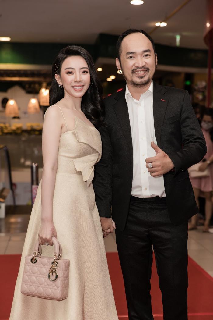 Tiến Luật tình cảm sửa khẩu trang cho Thu Trang giữa sự kiện khiến bao người xuýt xoa ảnh 4