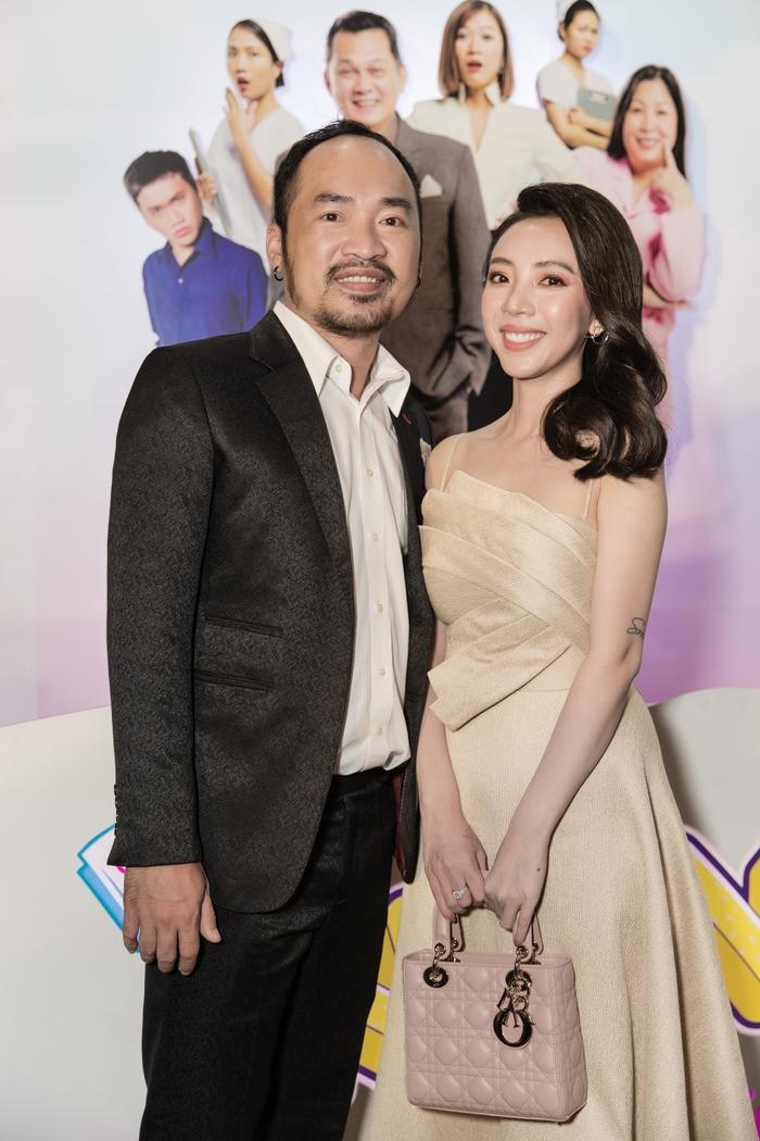Tiến Luật tình cảm sửa khẩu trang cho Thu Trang giữa sự kiện khiến bao người xuýt xoa ảnh 6