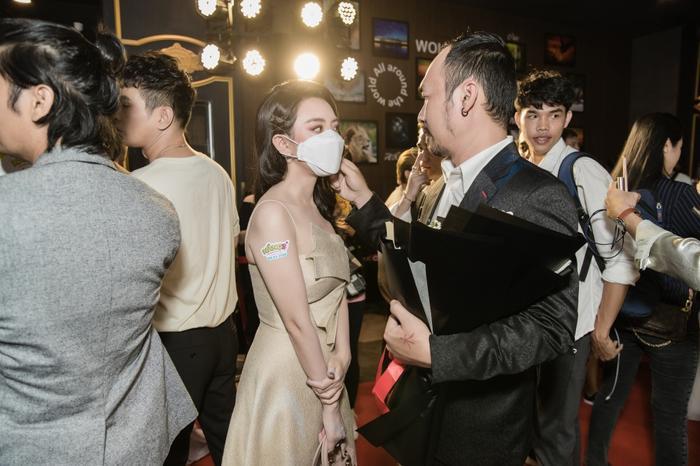 Tiến Luật tình cảm sửa khẩu trang cho Thu Trang giữa sự kiện khiến bao người xuýt xoa ảnh 1