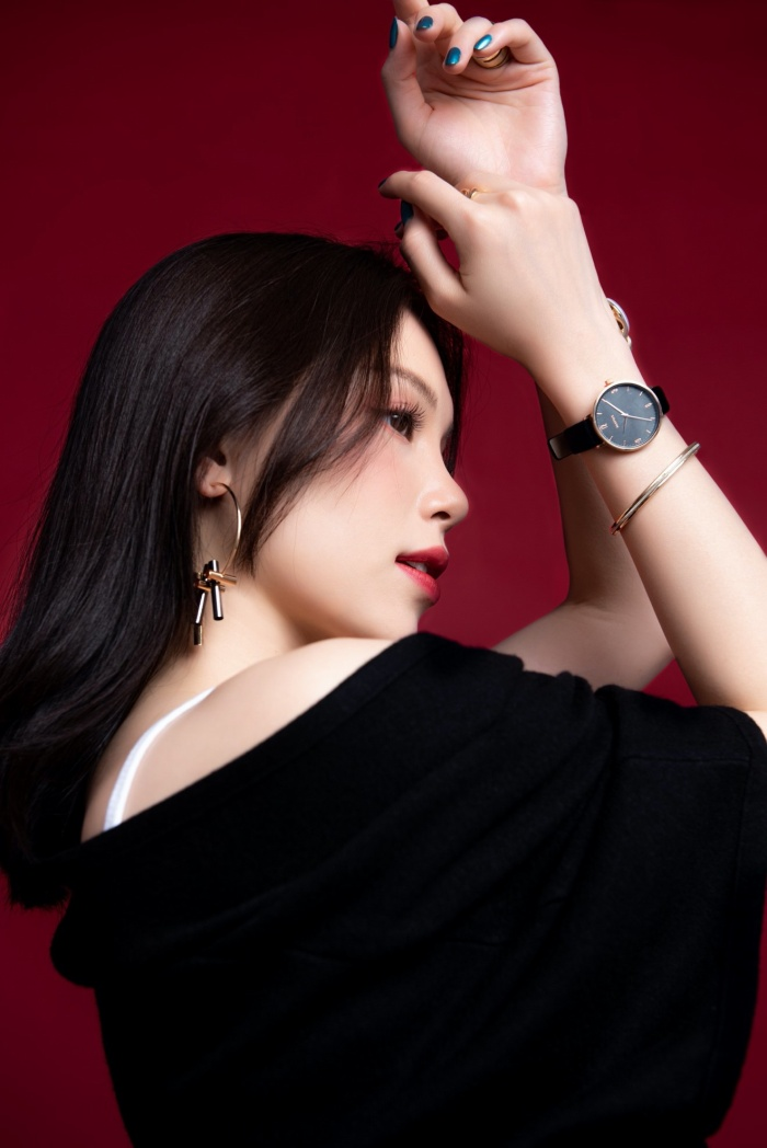 Dù diện trang phục đơn giản với hai tone màu trắng đen nhưng Linh Rin vẫn biết cách làm bản thân nổi bật khi kết hợp thêm những món phụ kiện sành điệu.