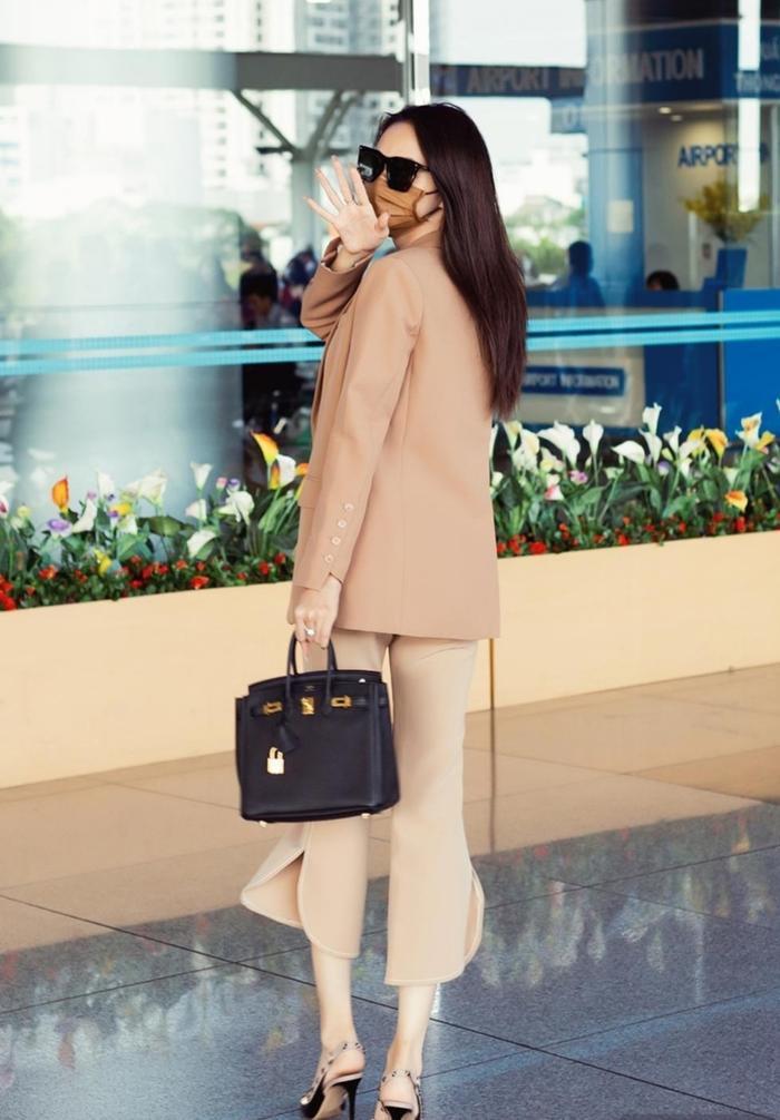 Không chỉ vậy, cô nàng còn phối hợp phụ kiện túi xách và mắt kính mang sắc đen đồng điệu.