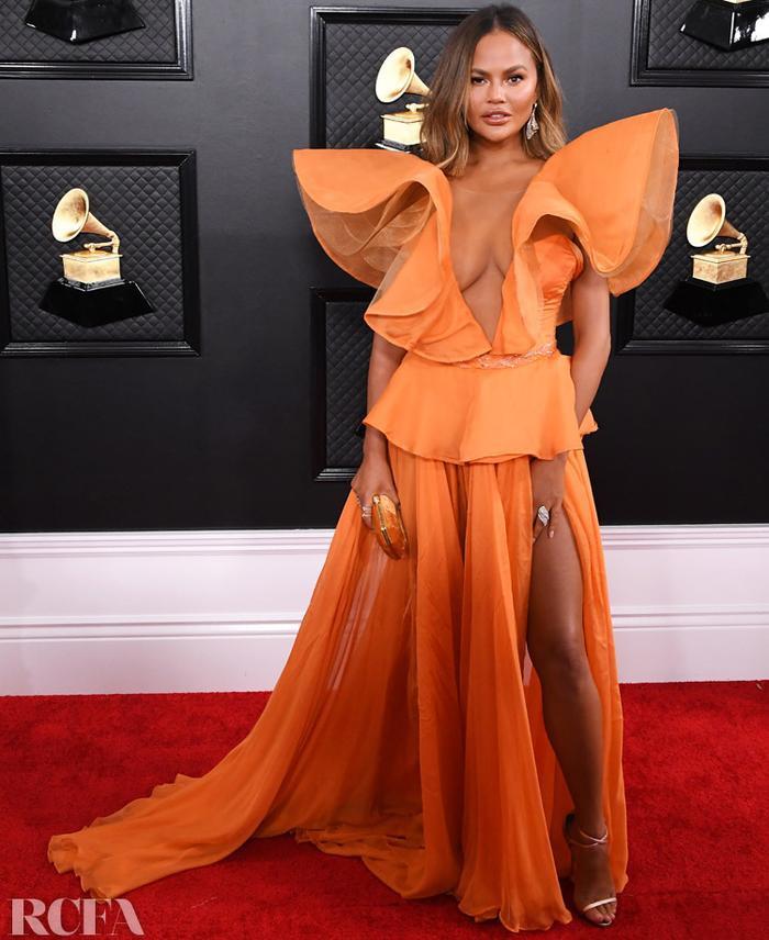 Bà xã John Legend, Chrissy Teigen từng phát điên vì đã nâng ngực ảnh 1