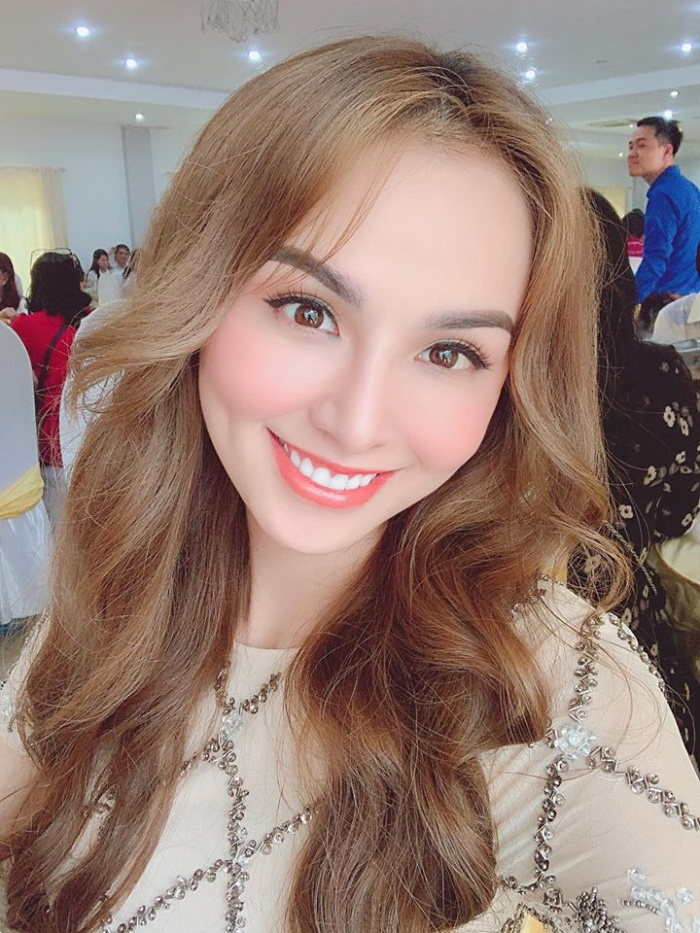 Cận cảnh gương mặt với sống mũi lệch của Hoa hậu Diễm Hương sau 10 năm đăng quang
