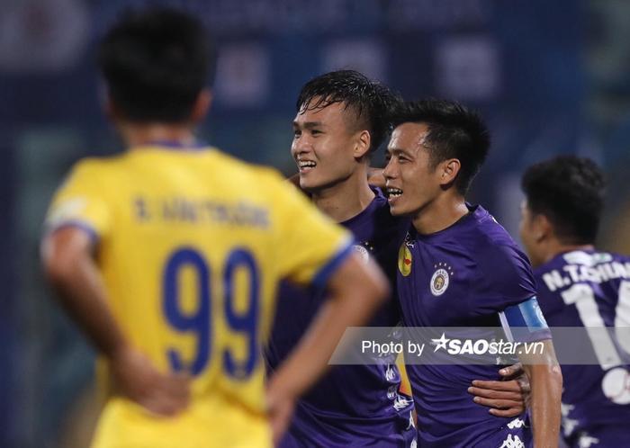 Văn Quyết và đồng đội thắng Nam Định trong ngày ra quân V.League 2020.