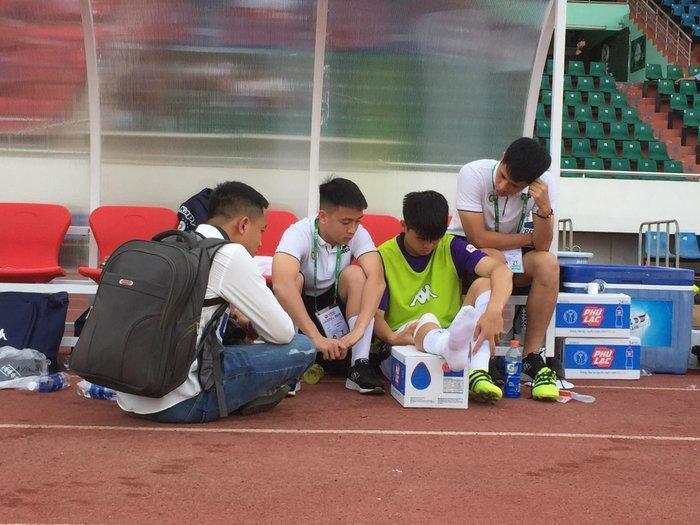 Duy Mạnh gặp chấn thương phải rời khỏi trận đấu sau phút thứ 6