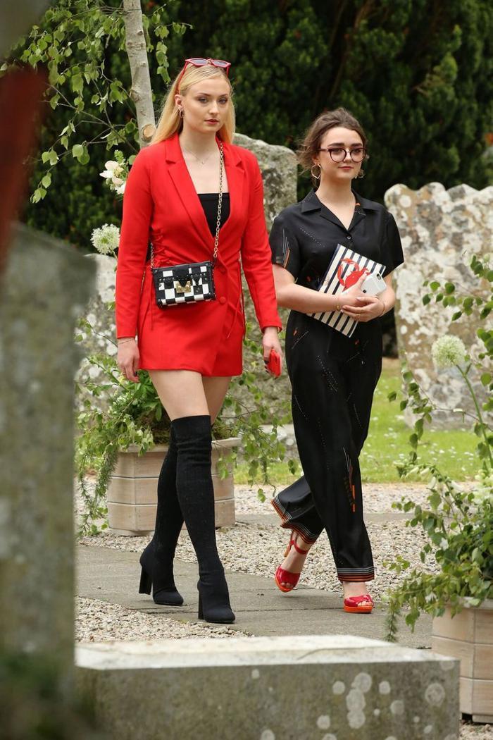 Sophie Turner hối hận vì ăn mặc 'trẻ trâu' đến đám cưới Kit Harington ảnh 2