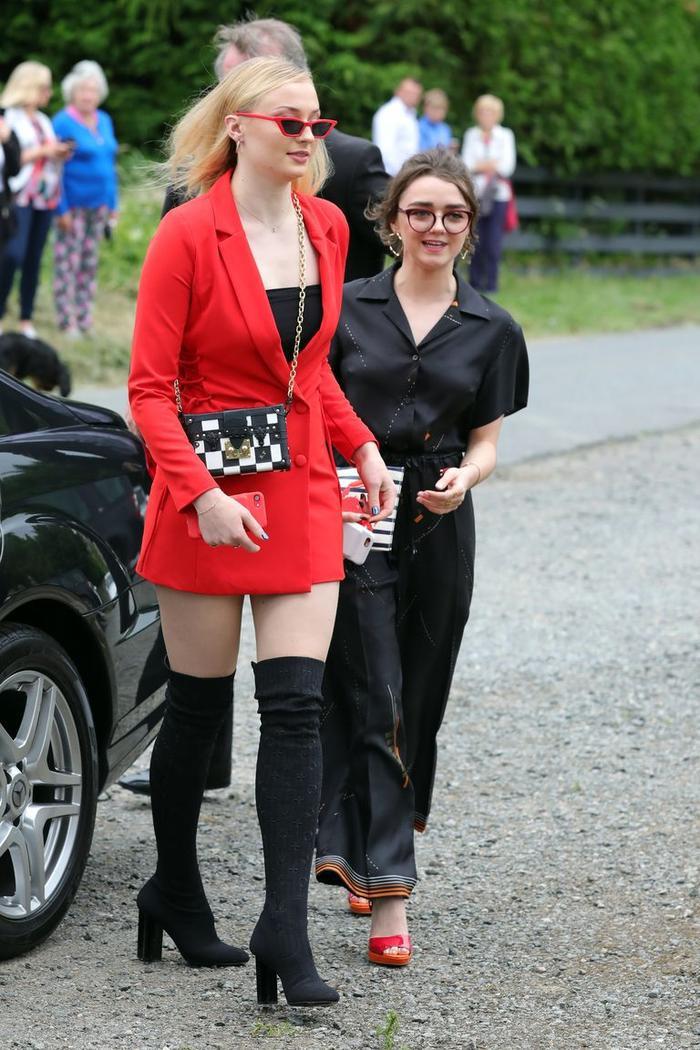 Sophie Turner hối hận vì ăn mặc 'trẻ trâu' đến đám cưới Kit Harington ảnh 1