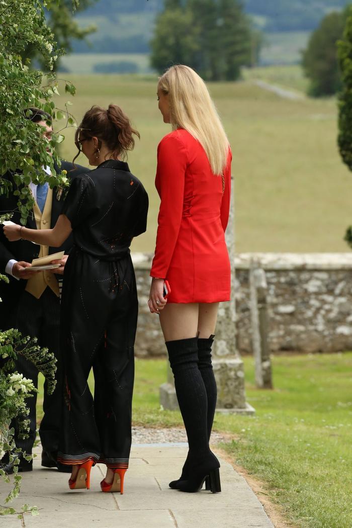 Sophie Turner hối hận vì ăn mặc 'trẻ trâu' đến đám cưới Kit Harington ảnh 4