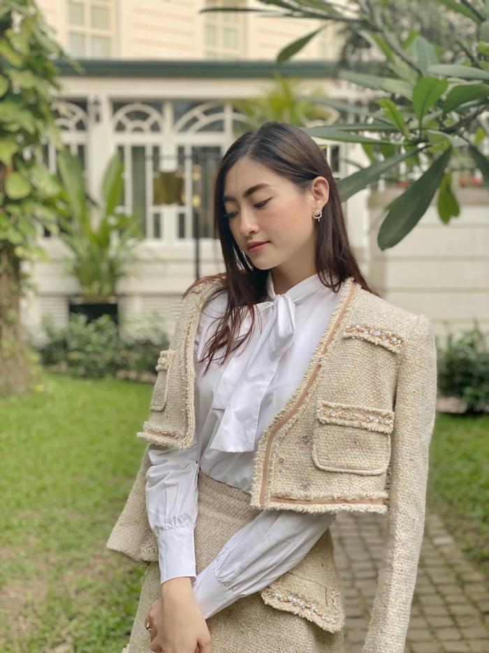 Hoa hậu Lương Thùy Linh diện style thanh lịch rạng rỡ với lối make-up nhẹ nhàng.