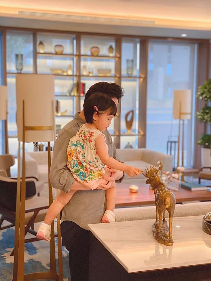 Khoảnh khắc ấm áp của ông xã và con gái được Đặng Thu Thảo chia sẻ trong ngày sinh nhật của cô.