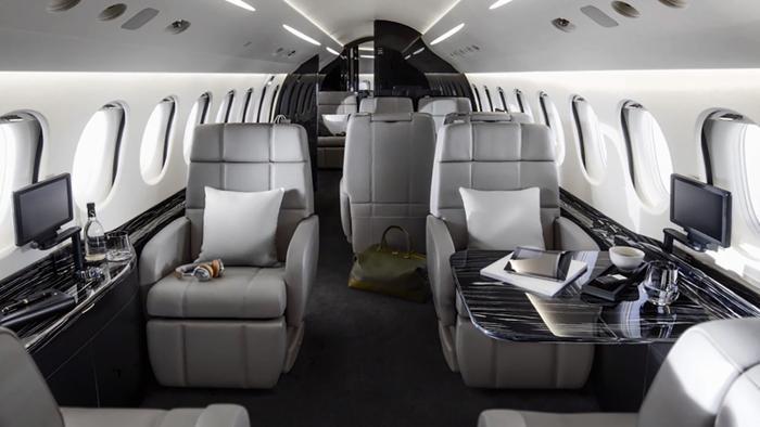 Khoang hành khách dài 13 m có sức chứa tối đa 14 hành khách, chia làm 3 gian.(Ảnh:DassaultFalcon)