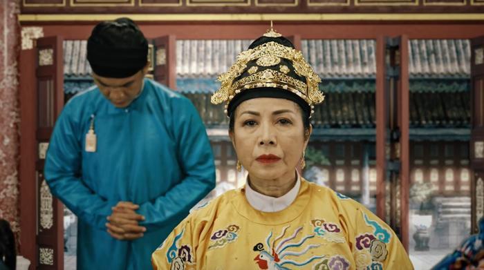 Phi Hiền ngang nhiên tiến vào điện Càn Thành cùng bộ phượng bào do chính Tiên đế ban cho.