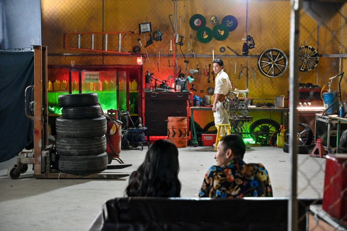 Bối cảnh chính của MV: 1 garage xe ô tô, nơi Jack sắm vai nhân viên sửa xe.