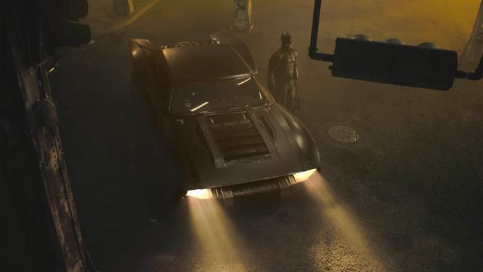 The Batman: Biểu tượng dơi được sắp xếp một cách tinh tế vào Batmobile!