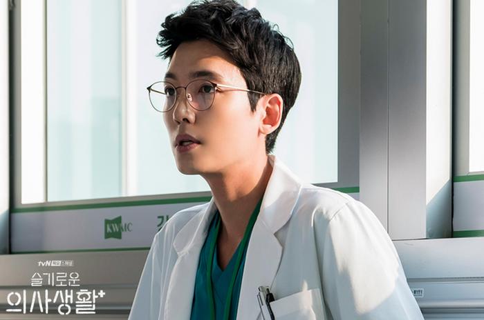 Jung Kyung Ho được mệnh danh là tiểu So Ji Sub, vẫn giữ nhiều nét nam tính trong hình ảnh bác sĩ