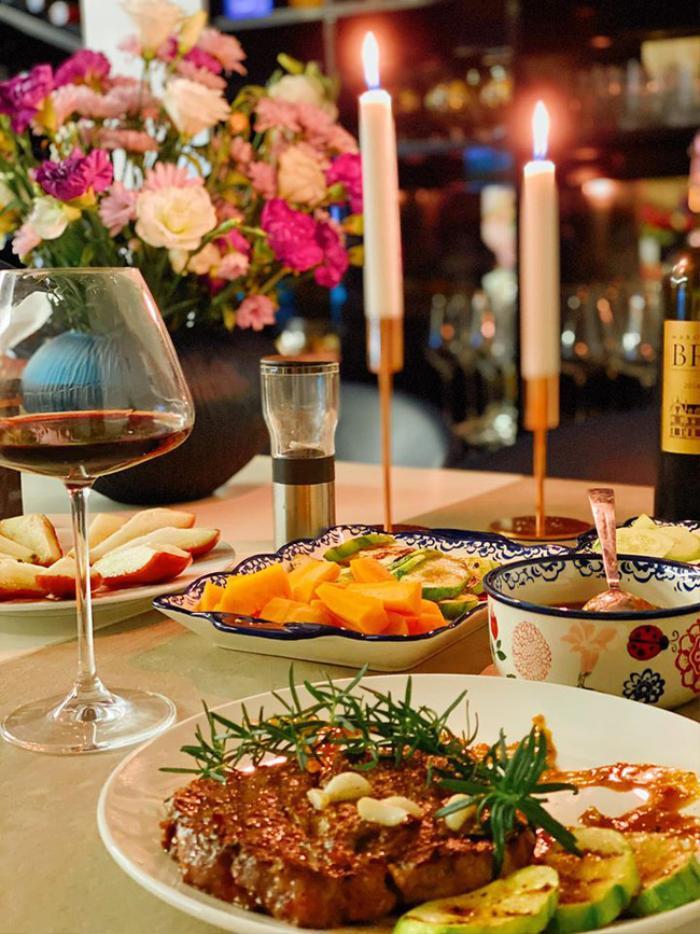Chiều vợ như Shark Hưng: Tự tay nấu nướng còn tỉ mỉ trang trí bàn tiệc sang chảnh đúng chuẩn phong cách châu Âu ảnh 2