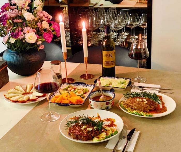 Chiều vợ như Shark Hưng: Tự tay nấu nướng còn tỉ mỉ trang trí bàn tiệc sang chảnh đúng chuẩn phong cách châu Âu ảnh 1