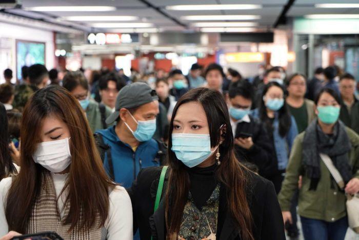 Hiện tại, đa số người dân cũng xem khẩu trang là biện pháp bảo vệ mình khỏi virus gây COVID-19 khi ra đường.