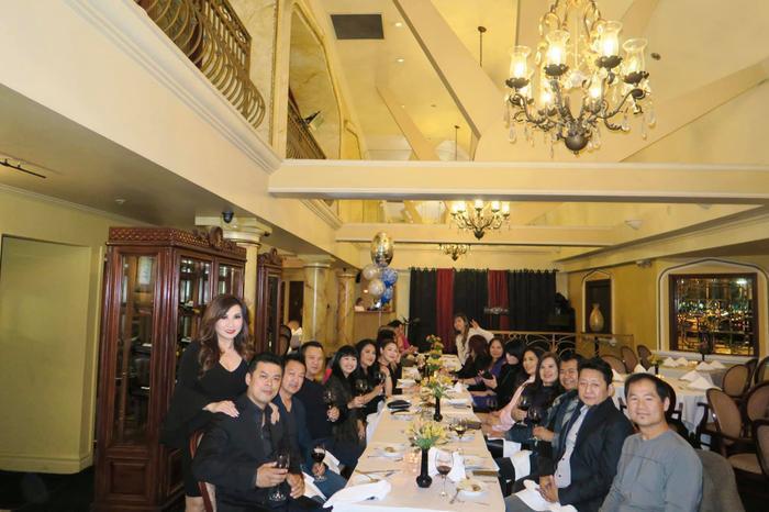 Chồng ca sĩ Thanh Thảo - Tom Han (thứ hai từ trái sang) cũng có mặt trong buổi tiệc