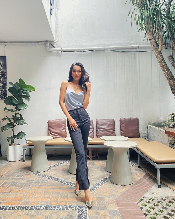 Hoài Sa khoe dáng gợi cảm khi diện phong cách thời trang thoải mái xuống phố. Người đẹp chuyển giới gây sức hút bởi lối trang điểm sắc sảo ấn tượng.