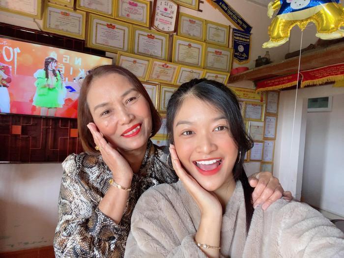 Á hậu Kiều Loan rạng rỡ xinh đẹp, chúc mừng sinh nhật mẹ.