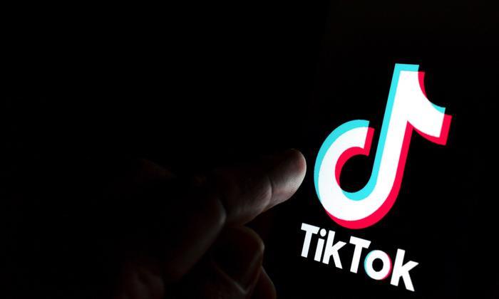 TikTok là một trong56 ứng dụng đang 'nhòm ngó' thông tin của bạn. (Ảnh:ASCANNIO / SHUTTERSTOCK)