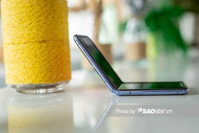Đánh giá Galaxy Z Flip: Smartphone độc lạ nhất đầu năm 2020 ảnh 2