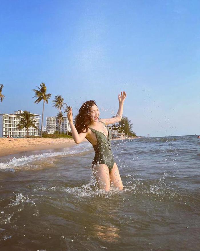 Vốn 'kín cổng cao tường', chị gái Hòa Minzy bất ngờ khoe ảnh diện bikini 'thả dáng' gợi cảm trên bãi biển