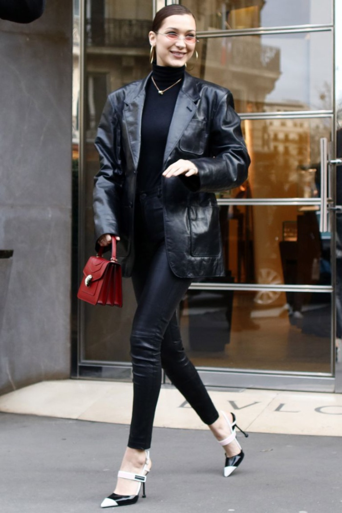 Cô nàng cũng là fan cứng của chất liệu da. Bella thường mặc một cây đen tuyền khi mang túi màu nổi bật (đỏ, cam, vàng, hồng). Gigi lại thích kết hợp nhiều mảng màu rực rỡ với nhau.