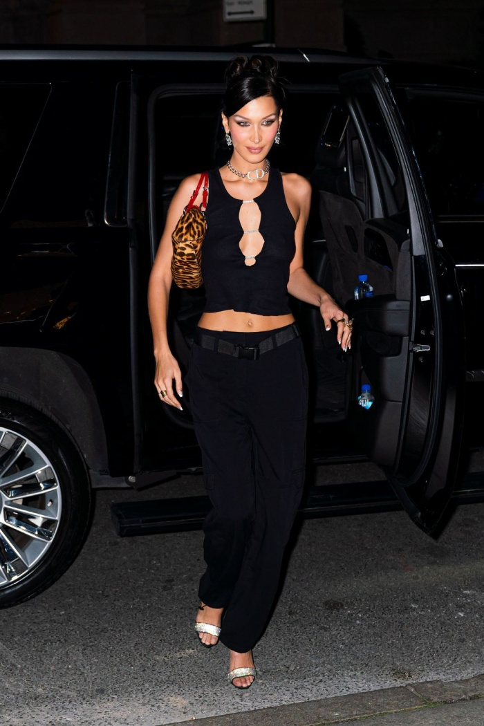 Tháng 10 năm 2019, siêu mẫu đi ăn tối trong một diện mạo đơn giản nhưng không thể nào quyến rũ hơn. Cô mặc áo croptop đen, quần đen, vòng cổ Christian Dior, túi xách da báo, giày cao gót lấp lánh và hoa tai bạc.
