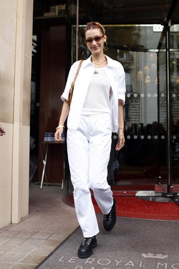 Thay vì mặc một cây trắng, Bella chọn giày bánh mì màu đen để tổng thể trang phục không bị nhàm chán.